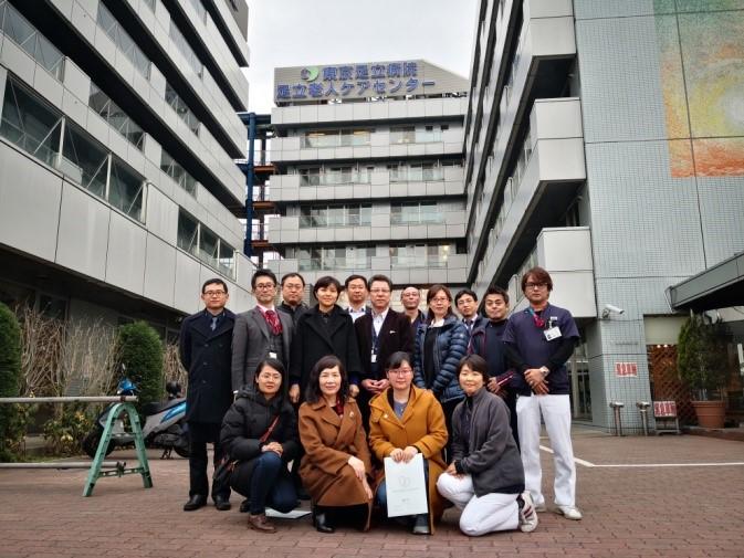 代表团访问东京足立医院老人保健中心楼前合影留念