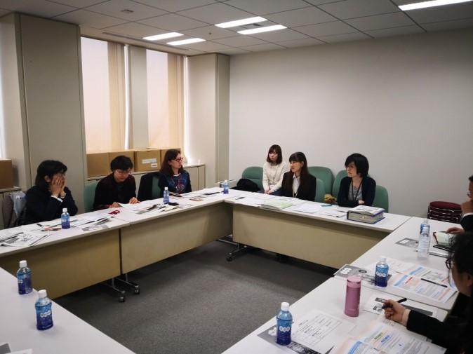日本东京都政府养老政策制定者与代表团成员在办公室进行会谈