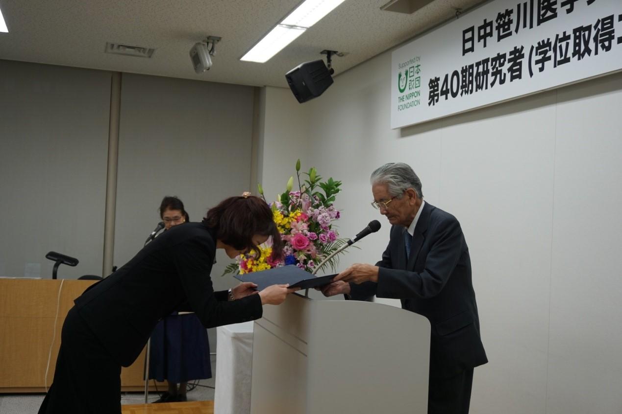 日中医学协会会长高久史麿先生为每位研究生颁发了认定证书